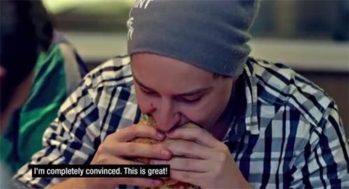 プロゲームチームNinjas in Pyjamasがスウェーデンのマクドナルドでチームのネーム入りハンバーガーを食す